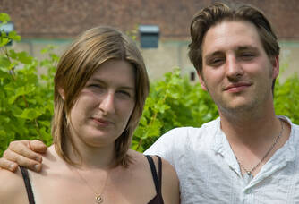 Pierre-André et Aurélie Frot dans les vignes du Domaine des Pierres d'Aurèle