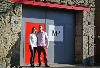 Morgane et Paul devant le Domaine Mp Berthier