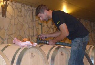 Rémy Eymas à l'oeuvre au chai du Château Gros-Moulin
